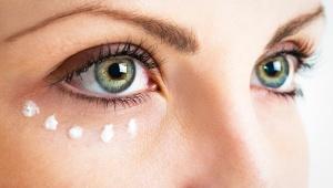 Našlehaný vaječný bílek redukuje vrásky kolem očí