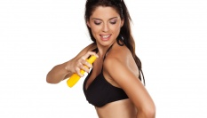 Jak spr�vn� aplikovat samoopalovac� sprej, kr�m nebo gel
