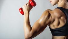 Vypracovaný triceps na ženě je sexy