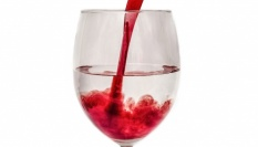 Červené víno pro jemnou pokožku (podle Teri Hatcher)