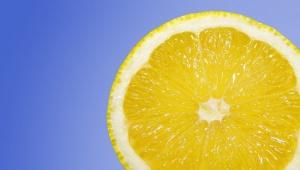 Domácí bělící zubní pasta z citronu a soli