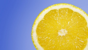 Dom�c� b�l�c� zubn� pasta z citronu a soli