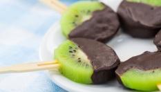 Kiwi na špejli s čokoládou
