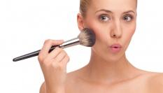 Kosmeticky tip ke zvýraznění lícních kostí