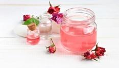 Domácí růžová pleťová voda