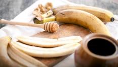 Banánovo-medová maska na vlasy pro zářivý lesk