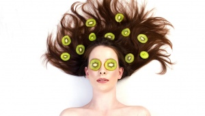 Domácí vlasová maska z kiwi a citrónu proti lámavým vlasům