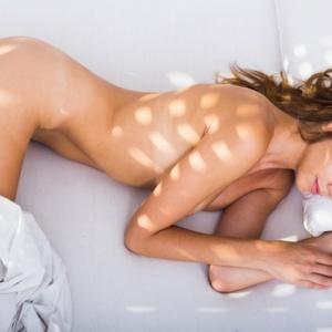 5 důvodů, proč bychom měli spát nazí