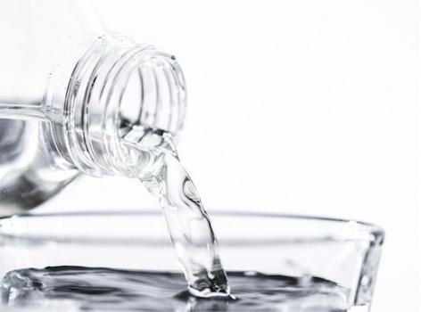 Je alkalická voda opravdu zdravější než obyčejná voda z kohoutku?