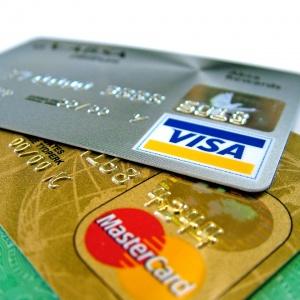 Kreditní karta je plná výhod, i přesto se nemusí vyplatit. Kdy i vám může zlomit vaz?