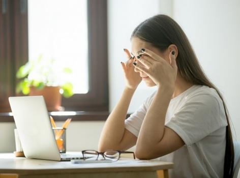Máme 4 tipy, jak bojovat s digitální únavou očí