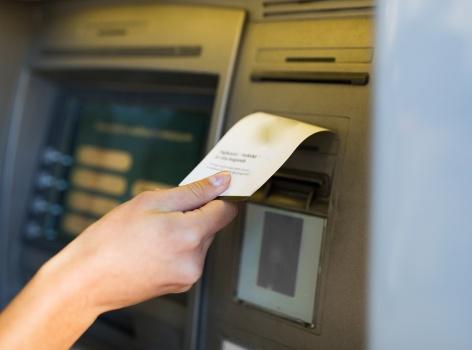Výběry ze všech bankomatů zdarma v Česku i ve světě. Kdo tuto výhodu nově nabízí?