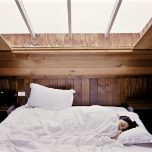 Jak se pohodlně vyspat i v horkých letních nocích? 7 zaručených tipů pro pohodlný spánek