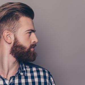 Padání vlasů u mužů: Kdy je přirozené a jaké jsou jeho příčiny?