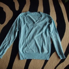 Tyrkysovo-modrý svetřík z Cropp town - foto č. 1