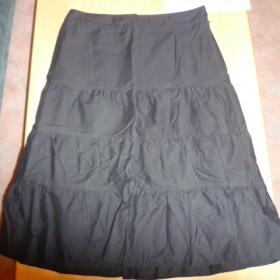 Černá sukně ke kolenům áčkového střihu zn. H&M - foto č. 1