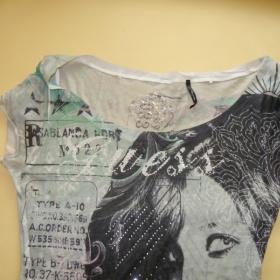 Tričko na léto s potiskem - šedo černé Guess - foto č. 1