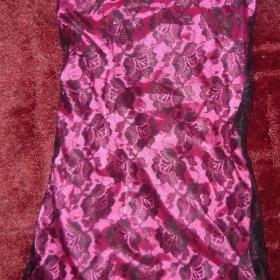 Růžové šaty ze saténu s černou krajkou - foto č. 1