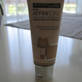Maybelline NY: Make-up Affinitone ods. 24 Golden Beige - foto č. 1