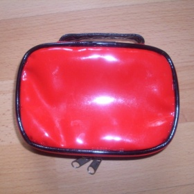 Červeno černá kosmetická taštička Rimmel - foto č. 1