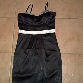 Černé šaty ze saténu s krémovými doplňky Amisu - foto č. 1
