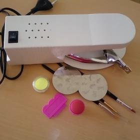 Lampa na gelové nehty+klešte na um.nehty+třpitky+razítka+štetce na gel zdobítko na francii - foto č. 1