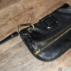 Čierna kabelka do ruky s pozláteným zdobením ( ang.butik) - foto č. 1