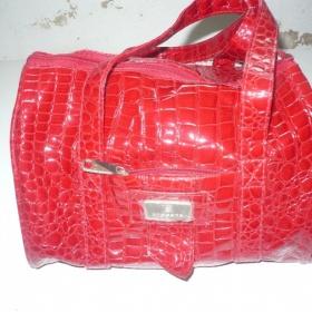 Leskle červená kabelka Bossana - foto č. 1