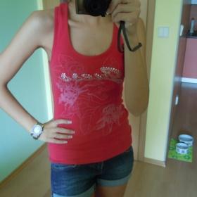Červené bavlněné tílko s nápisem Guess - foto č. 1