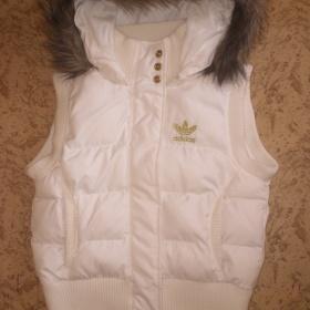 Bílá vesta Adidas s kapucou - foto č. 1
