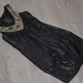 Černé šaty s ozdobou - foto č. 1