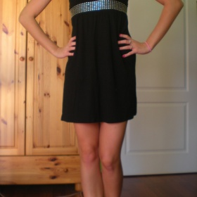 Černé šaty s nastavitelnými ramínky - foto č. 1