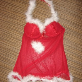 Rudá krajková košilka a kalhotky tanga paní Santové s bambulkami - foto č. 1