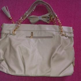 Béžová kabelka se zlatými akcenty - foto č. 1