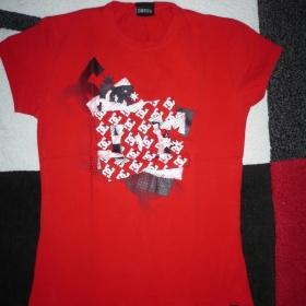 Červené tričko s potiskem DC - foto č. 1