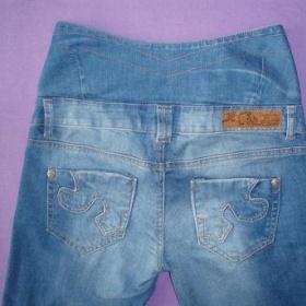 Modré džíny se zvýšeným pasem Bershka - foto č. 1