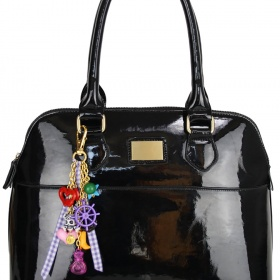 �ern� lakovan� kabelka s odep�nateln�m p��v�skem - foto �. 1