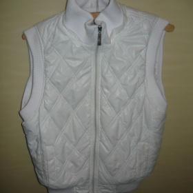 Bílá, lesklá vesta s kožíškem a kapucí - foto č. 1