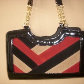 Černo červená kabelka z Londýna - foto č. 1