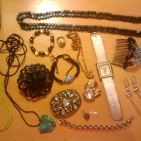 Sada bižutérie - náramky, řetízky, naušnice, prstýnek - foto č. 1