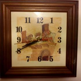 Nástěnné hranaté hodiny v hnědé barvě - foto č. 1