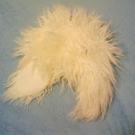 Chlupatá čepice bílé barvy s klapkami přes uši - foto č. 1