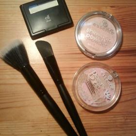 Sada kosmetiky - dva štětce ELF, tvářenka ELF, třpitivý a vícebarevný pudr Essence - foto č. 1