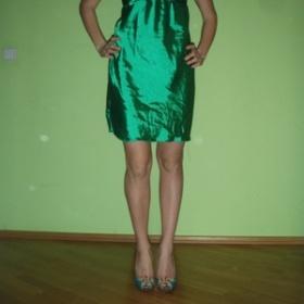 Lesklé zelené šaty - foto č. 1