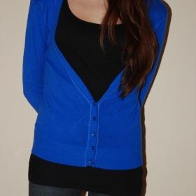 Výrazně modrý svetřík - foto č. 1