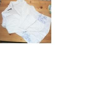 Bílá košile s modrým vyšíváním po stranách TI - foto č. 1
