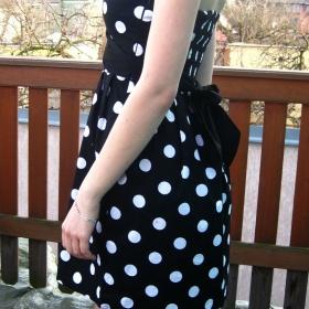 Černo - bílé puntíkaté šaty Fishbone - foto č. 1