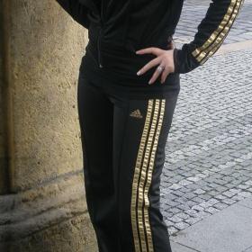 Tepl�kov� souprava Adidas �erno - zlat� - foto �. 1