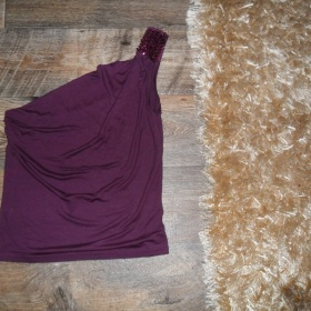 Fialové tričko na jedno rameno s flitry Amisu - foto č. 1