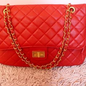Červená kabelka se zlatým řetízkem - foto č. 1